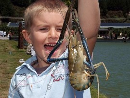 Huka-Prawn-Park-family-catching-prawnst-lake-Taupo
