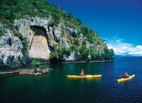 Kayaks-at-maori-carvings-taupo-inflite-helicopters