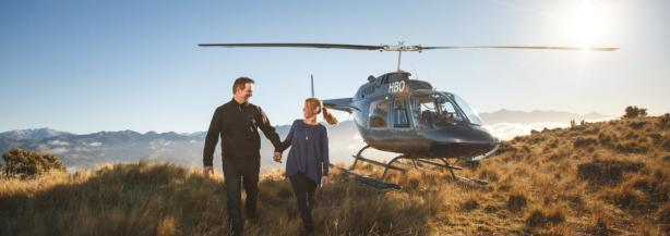kaikoura-whale-watch-scenic-helicopter-flights-couple-on-mount-fyffe